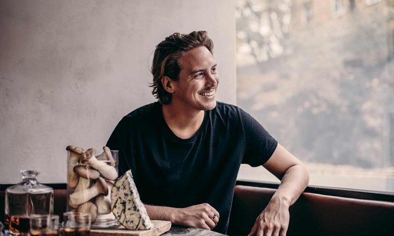 Den svenske kok Petter Bäcklund blandt skimmelost, sardiner og whiskey.