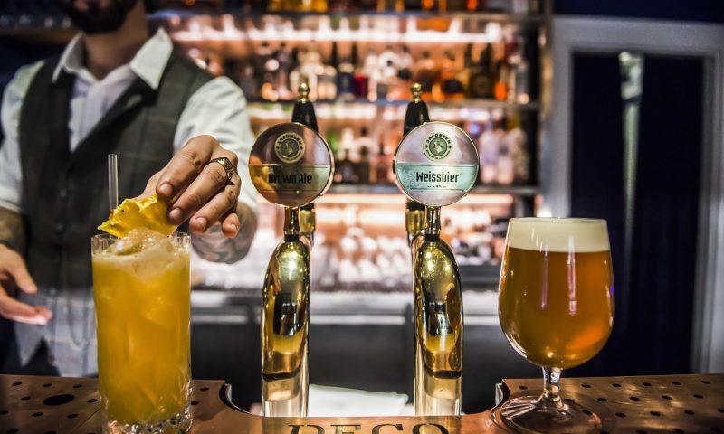 På Deco kan man både få cocktails og fadøl. Foto Rasmus Kramer Schou