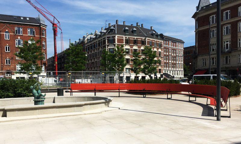 Røde bænke på Enghave Plads. Foto: Camilla Lützhøft Stahlschmidt