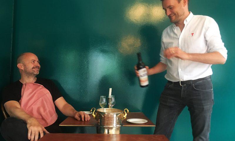 Tilbage i køkkenet. Køkkenchef Rasmus Oubæk bliver her betjent af Maisons nye tjener, Jesper Marcussen. Foto Rasmus Kramer Schou