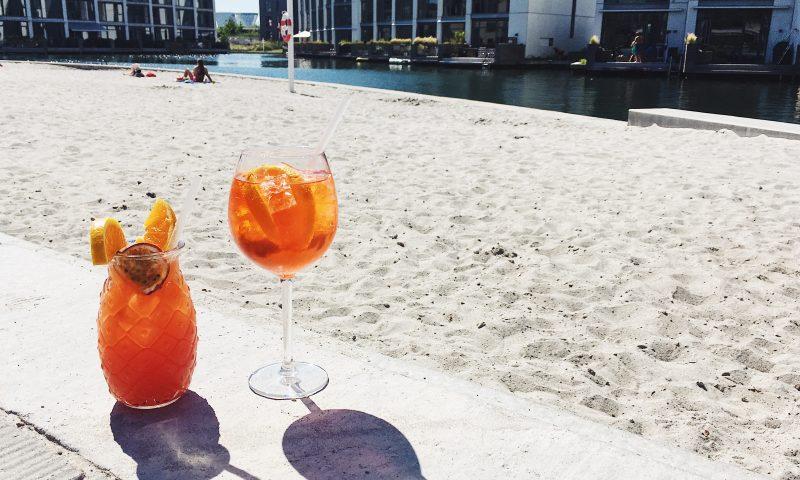 Hos Café Nöa'h kan du købe cocktails og tage dem med på stranden. Foto: Camilla L. Stahlschmidt