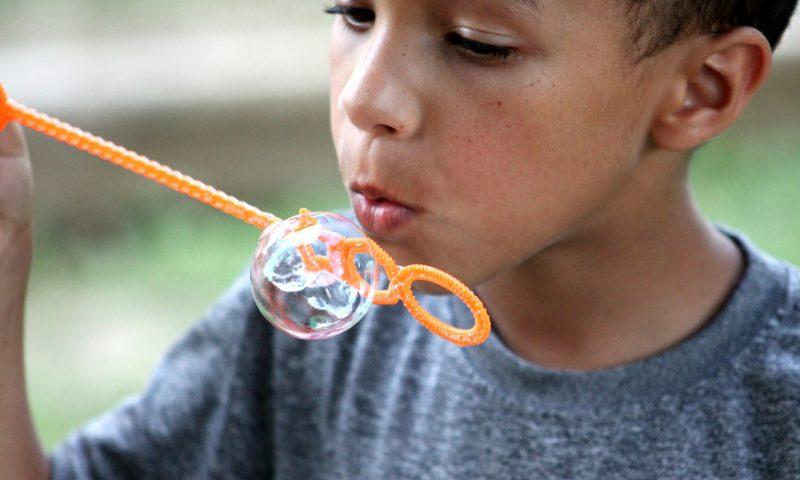 Ungerne kan bl.a. lege med sæbebobler, når de bemandede legepladser holder fødselsdag. Foto: Pxhere