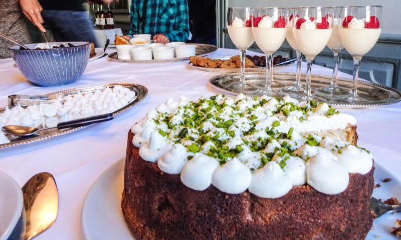 Kagebordet hos Peder Oxe er fyldt med lækkerier. Foto: Camilla Lützhøft Stahlschmidt