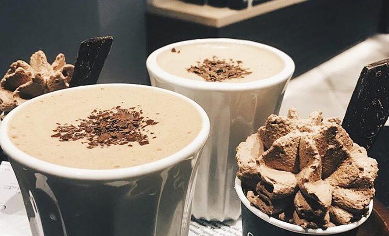 Hos Hotel Chocolat kan du vælge mellem flere forskellige varianter af varm chokolade. Foto: PR