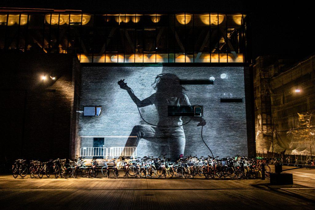 Lea Amling på Skuespilhusets facade