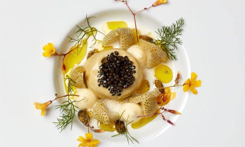 Vinder Årets Ret 2020 - kategorien SØDT/OST: Pistacieis på havremælk med frugtig olivenolie fra Brian Mark Hansen /Søllerød Kro. Foto Danske Madanmeldere Facebook