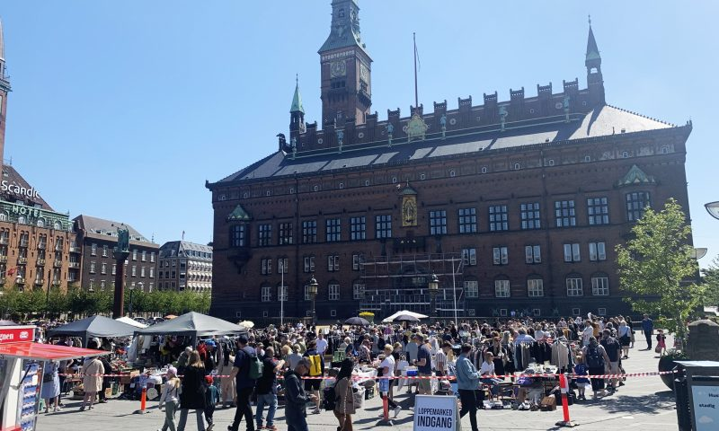 Masser af loppeboder rykker ind på Rådhuspladsen. Foto: PR