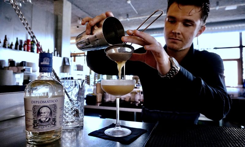 Victor fra Carl's Øl og Spisehus og hans cocktail 'Juancho'. Foto PR